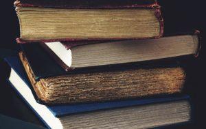 Photo de vieux livres pour illustrer un exemple de texte écrit pendant l'atelier Thé et écriture de DiviniThé